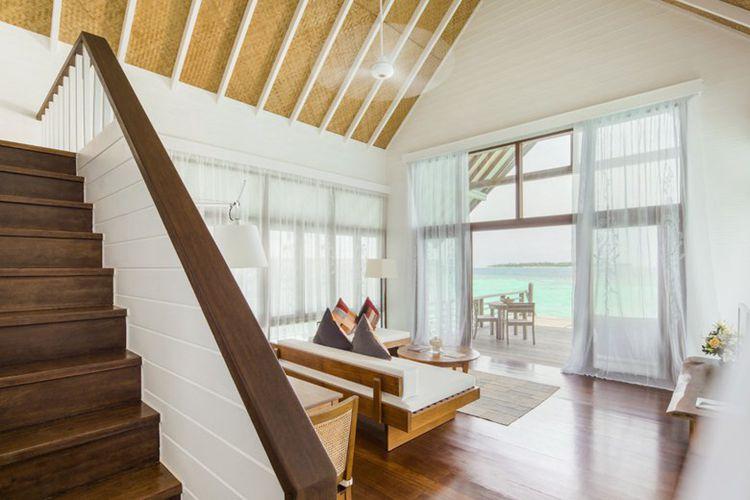阁楼别墅客厅宽敞,落地玻璃窗坐拥礁湖景色.