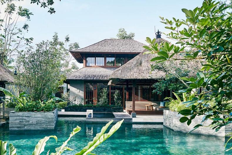 给灵魂的休憩之所 虹夕诺雅,大胆地融入巴厘岛的在地文化,用当地传统别墅取代了虹夕诺雅标志性的和式小屋。这与虹夕诺雅的定义(展现正宗的日式情怀,重视地方传统的价值观,与大自然共同发展,打造融入现代感性的小型奢华精品度假酒店)不谋而合。 整个度假村只有30间别墅,共三种房型:Bulan、 Soka、Jarak,都是以当地的花和鸟名字命名。别墅像是本地河谷的民宅,巴厘岛传统三段河流式的河谷化作泳池,三条运河泳池是整个村落的中央区域也是灵魂。整座酒店的设计灵感来自于当地九世纪的稻田水利管理系统,除了灌溉稻田,也