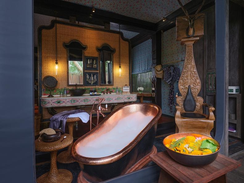 在这间同样很原生态,很巴厘岛的餐厅里,各种创意烧烤与火脱不开关系.